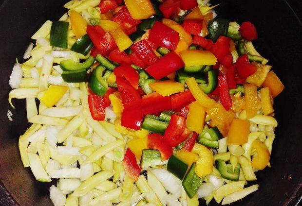 Białe kiełbaski Eli zapiekane na warzywach