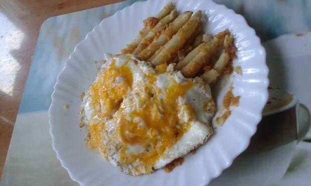 Białe szparagi w bułce tartej i sadzonym jajkiem