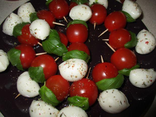 Biało-czerwona przekąska z mozzarellą