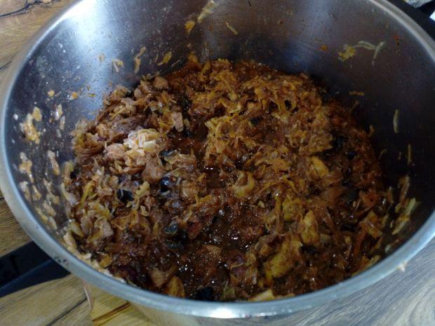 Bigos na grillowanej kiełbasie ze śliwkami