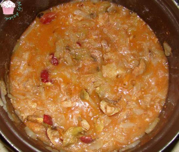 Bigos z białej kapusty i świeżych pomidorów