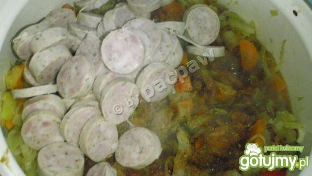 Bigos z młodej kapusty na kiełbaskach