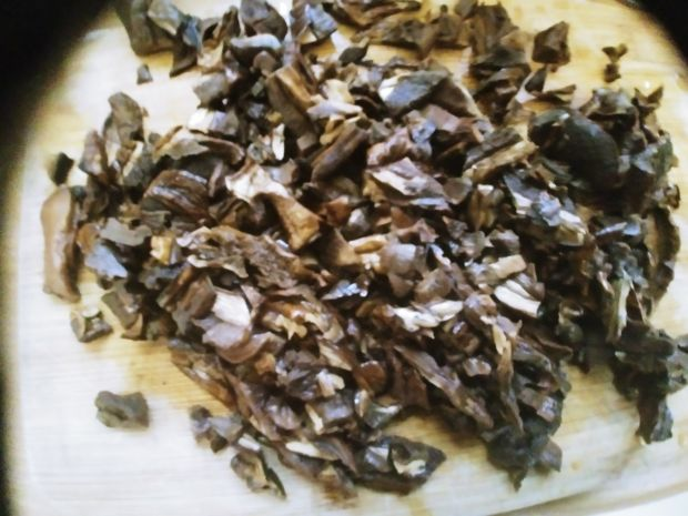 Bigos z suszonymi grzybami, kiełbasą i boczkiem