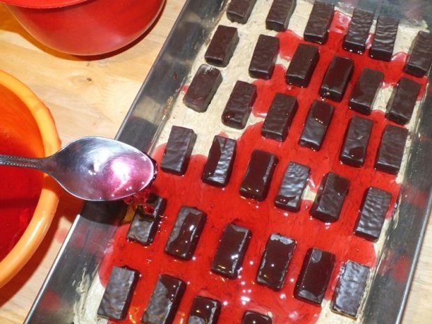 Biszkopt z czekoladkami i galaretką