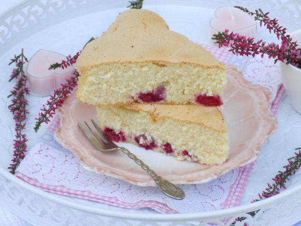 Biszkoptowe ciasto z czekoladą i malinami