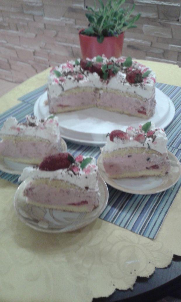 Biszkoptowe ciasto z musem truskawkowym