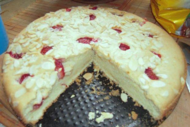 Biszkoptowe ciasto z owocami i migdałami