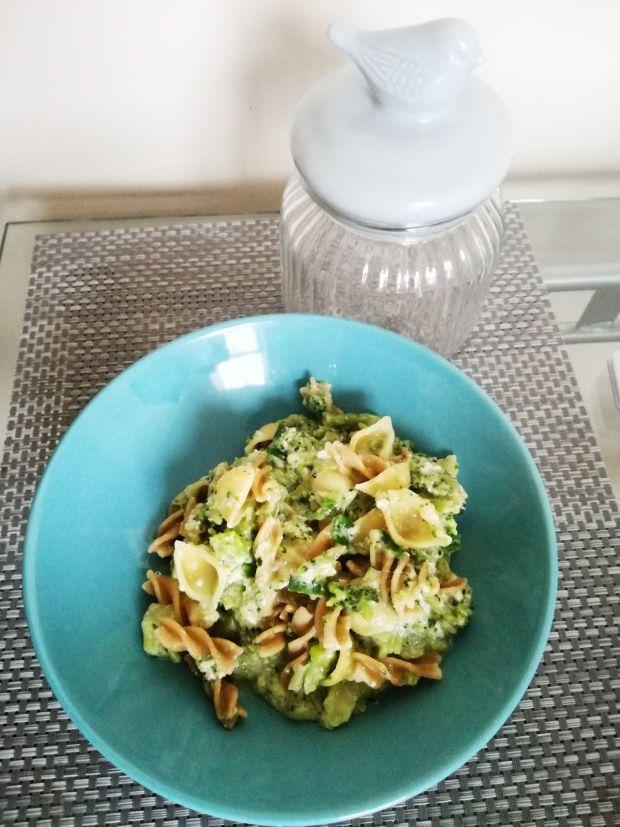 Błyskawiczny makaron z brokułami