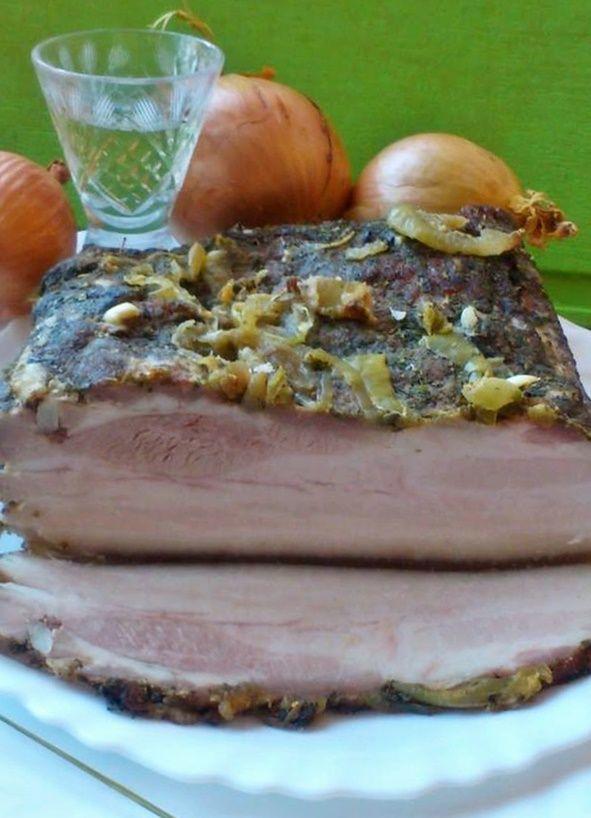 Boczek pieczony. Wersja z cebulą i żubrówką.