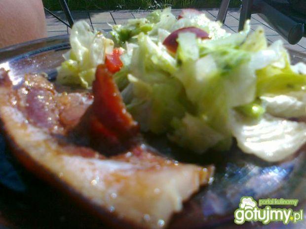 Boczek z grilla z papryką na sałacie