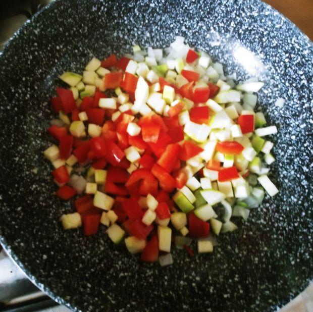 Brązowe tagliatelle z sosem warzywnym