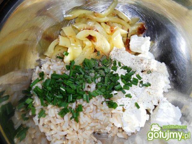 Brązowy ryż z grillowaną papryką