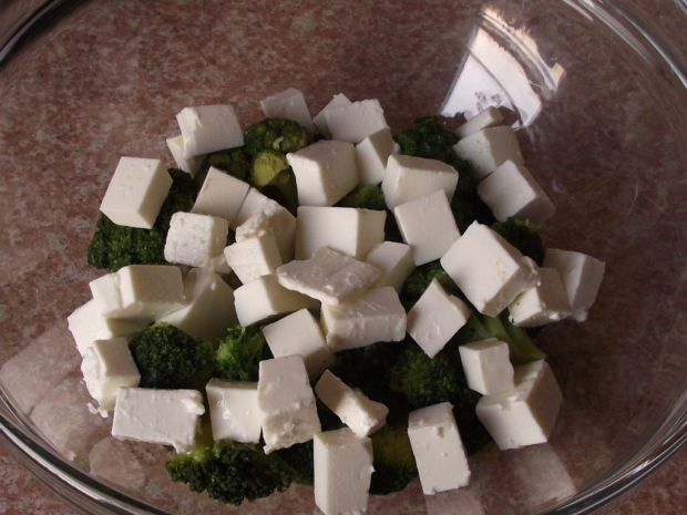 Brokułowa sałatka z pieczoną ciecierzycą i sezamem