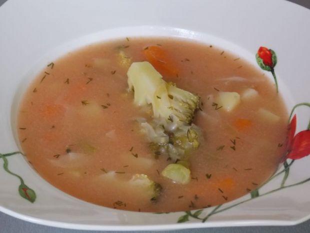 Brokułowa z kapustą i pomidorami