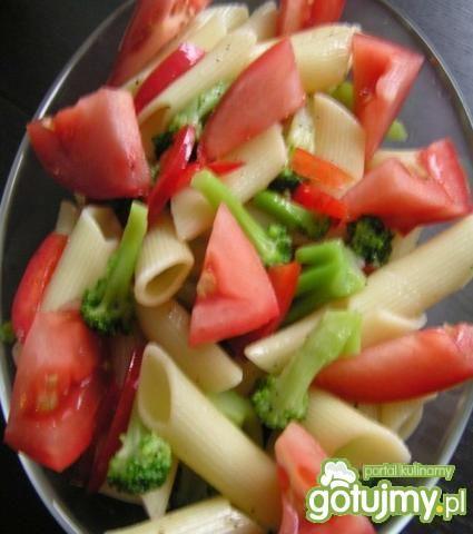 Brokułowo-pomidorowa sałatka z makaronem