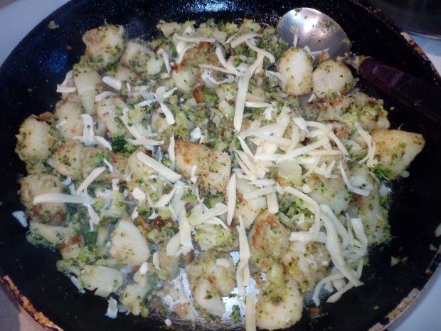 Brokuly z ziemniakami i cebulą