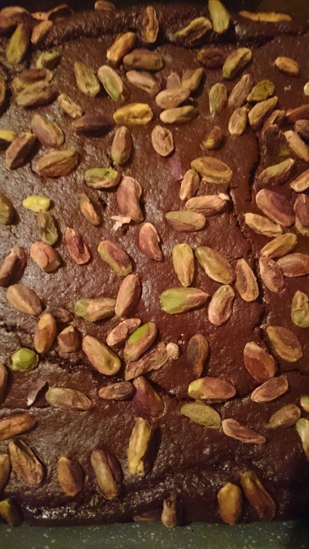 Brownie z kaszy jaglanej z solonymi pistacjami