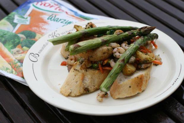 Bruschetta z grillowanymi szparagami i krewetkami