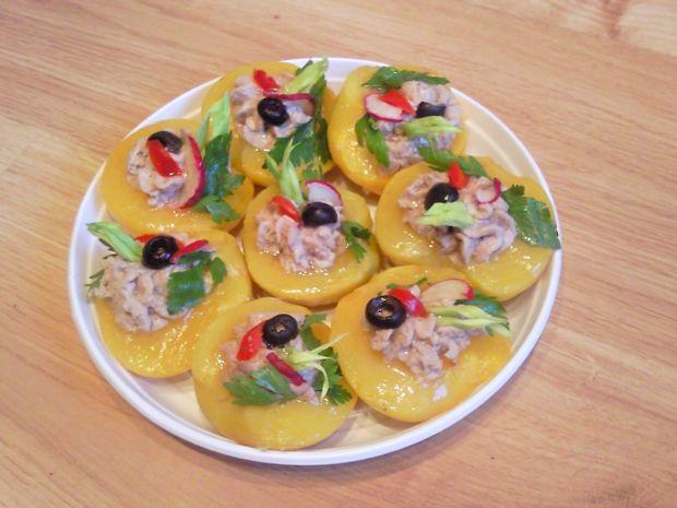 Brzoskwinie faszerowane pastą z tuńczyka