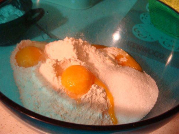 Bułeczki drożdżowe z budyniem o smaku marcepanu