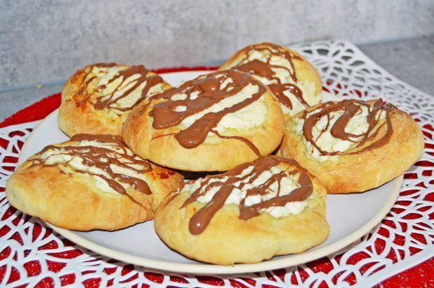 Bułeczki drożdżowe z twarogiem i czekoladą