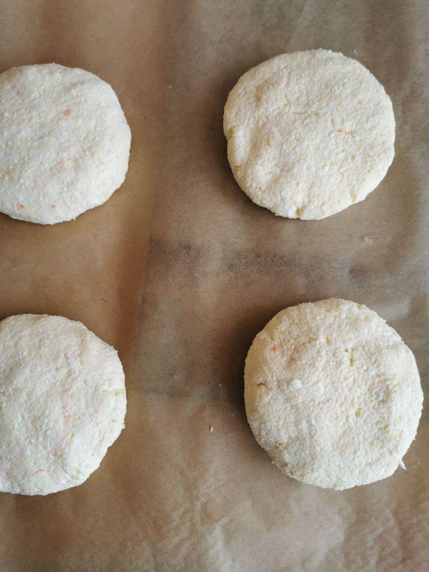 Bułeczki twarogowe bez mąki z dżemem i truskawkami