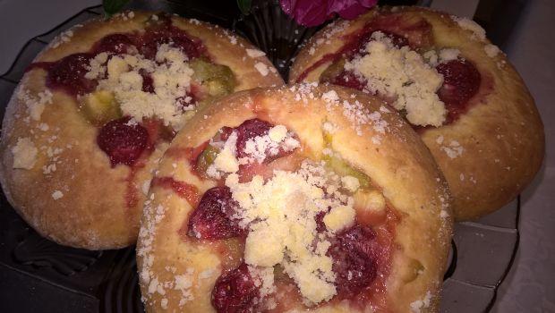 Bułeczki z rabarbarem, jabłkiem i truskawkami