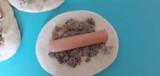Bułeczki/pierożki drożdżowe z parówką