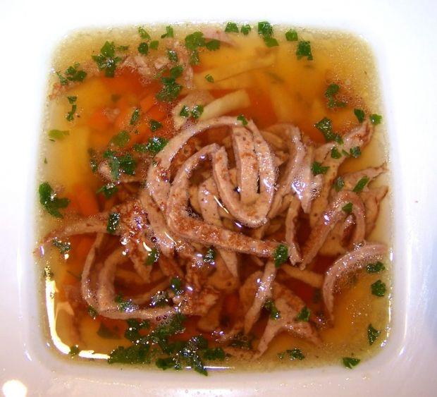 Bulion austriacki - Aromatyczny rosół podjemy z odrobina warzyw i makaronemnaleśnikowym.
