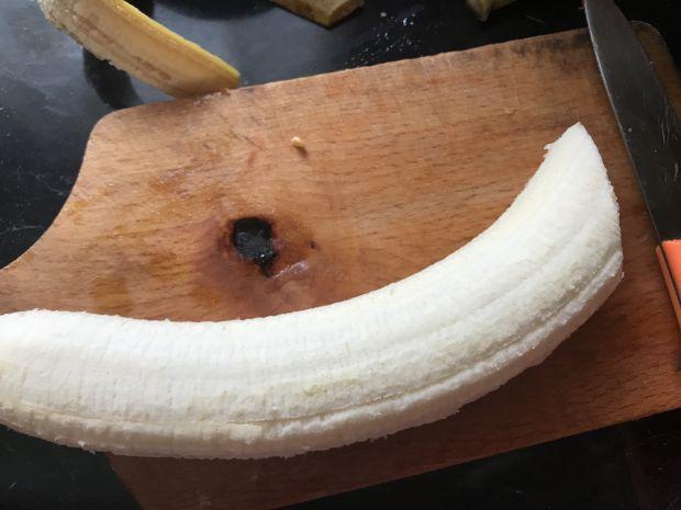 Bułka z czekoladą, bananem i migdałami