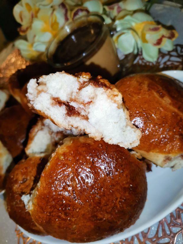 Bułki drożdżowe podane z dżemem truskawkowym