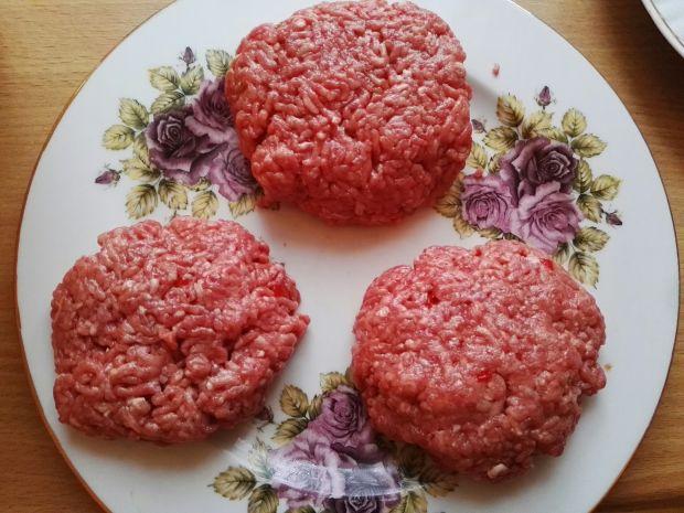 Burger z konfiturą z czerwonej cebuli