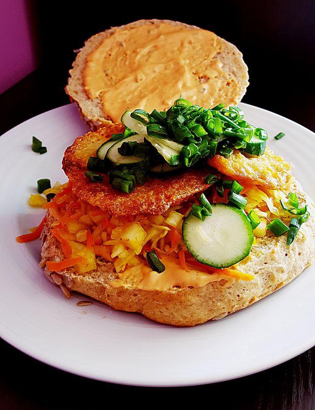 Burger z plackiem ziemniaczanym