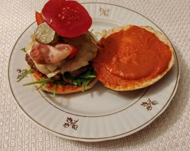 Burgery wołowe z warzywami, boczkiem i serem