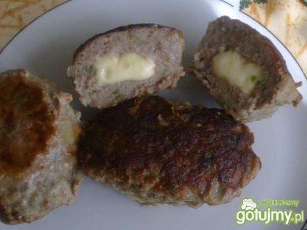 Burgery z żółtym serem