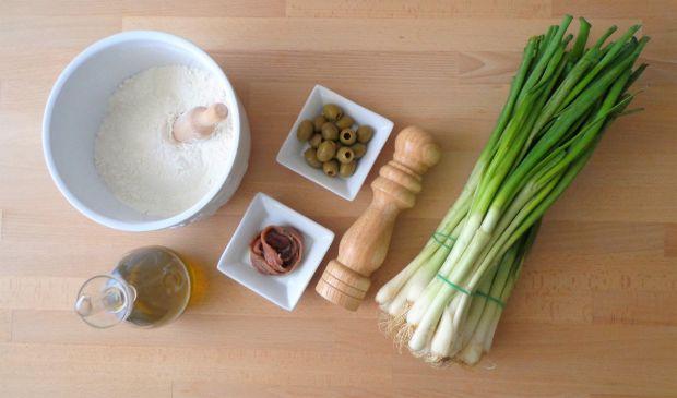 Calzone z cebulką dymką, anchois i oliwkami
