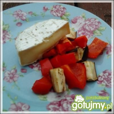 Camembert grillowany z warzywami i winem