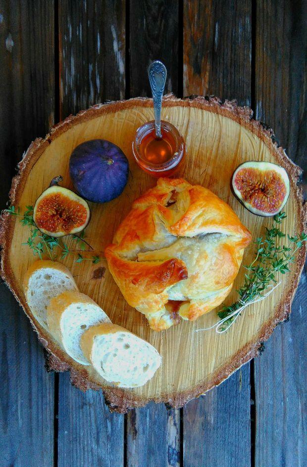 Camembert pieczony z figami w cieście francuskim