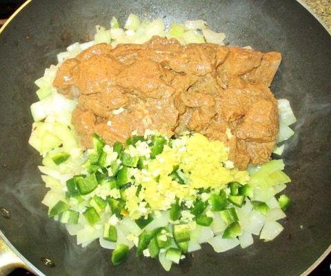 Chicken tikka masala z różowym ryżem z Madagaskaru