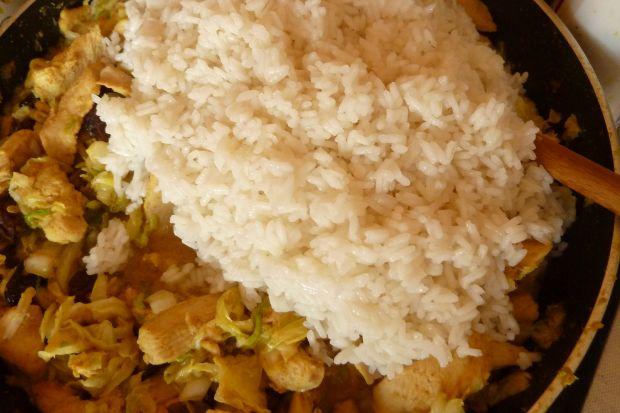 Chińskie danie z piersią kurczaka i pekinką