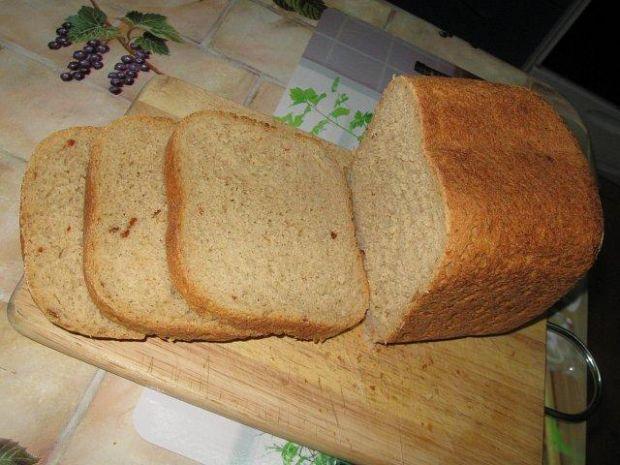 Chleb domowy z pomidorami i bazylią