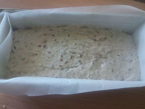 Chleb na zakwasie z czerstwym chlebem i siemieniem