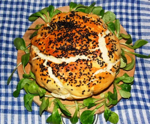 Chleb z farszem i czarnym sezamem