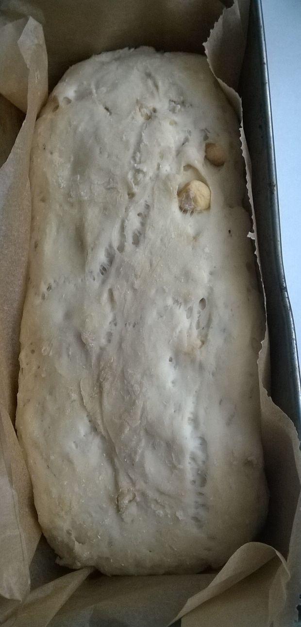Chleb z orzechami laskowymi