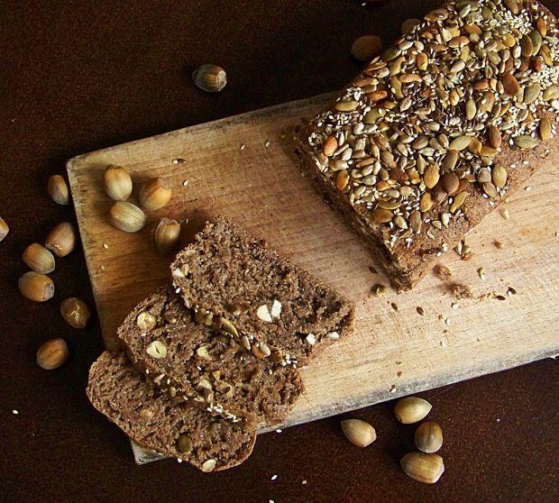 Chleb z suszonymi figami, orzechami i cynamonem