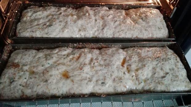 Chleb z ziarnami, otrębami i pokrzywą