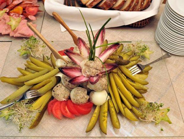 Chleb ze smalcem i ogórek małosolny