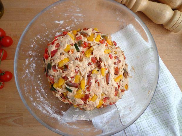 Chlebek-focaccia z suszonymi pomidorami i papryką
