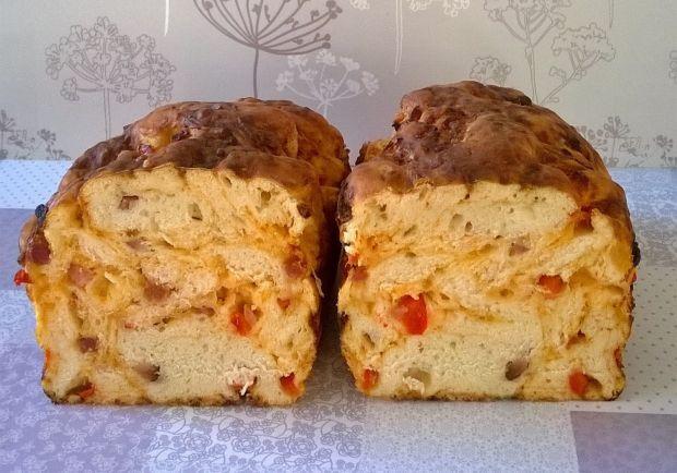 Chlebz papryką, boczkiem i żółtym serem