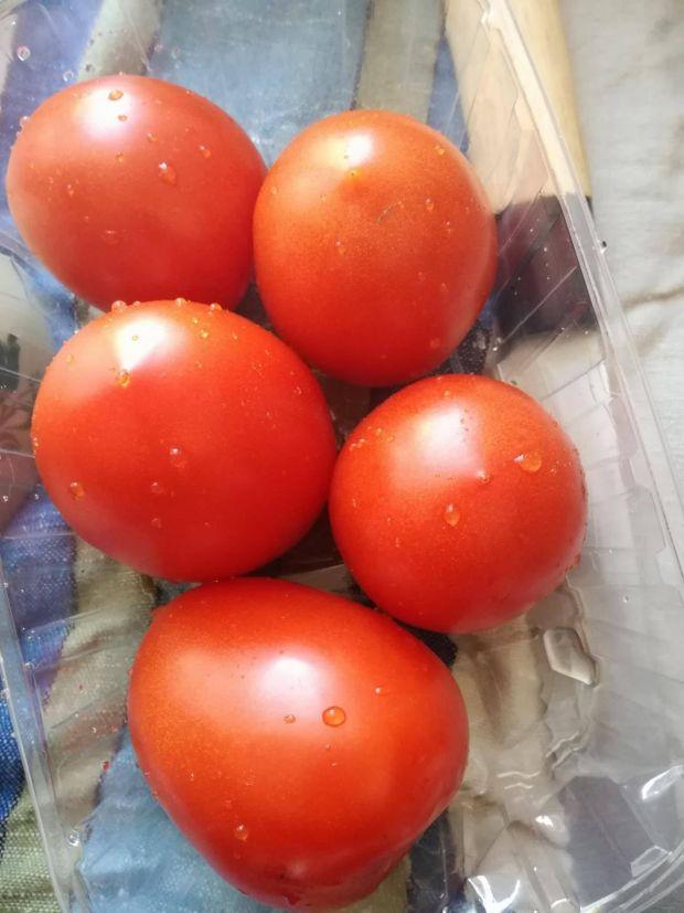Chłodnik pomidorowy z grillowaną makrelą i pesto